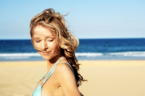 How to Wear Makeup to the Beach