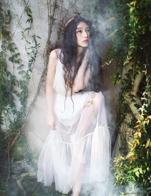 Young woman in the forest, Woman in the Woods, Romantic Clothing